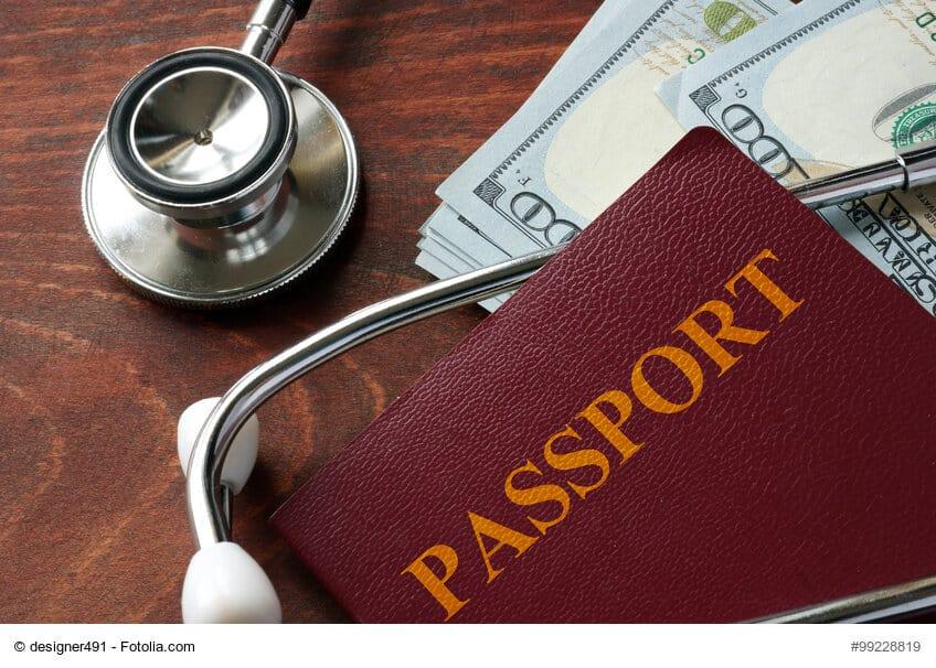 Reisepass mit Stethoskop