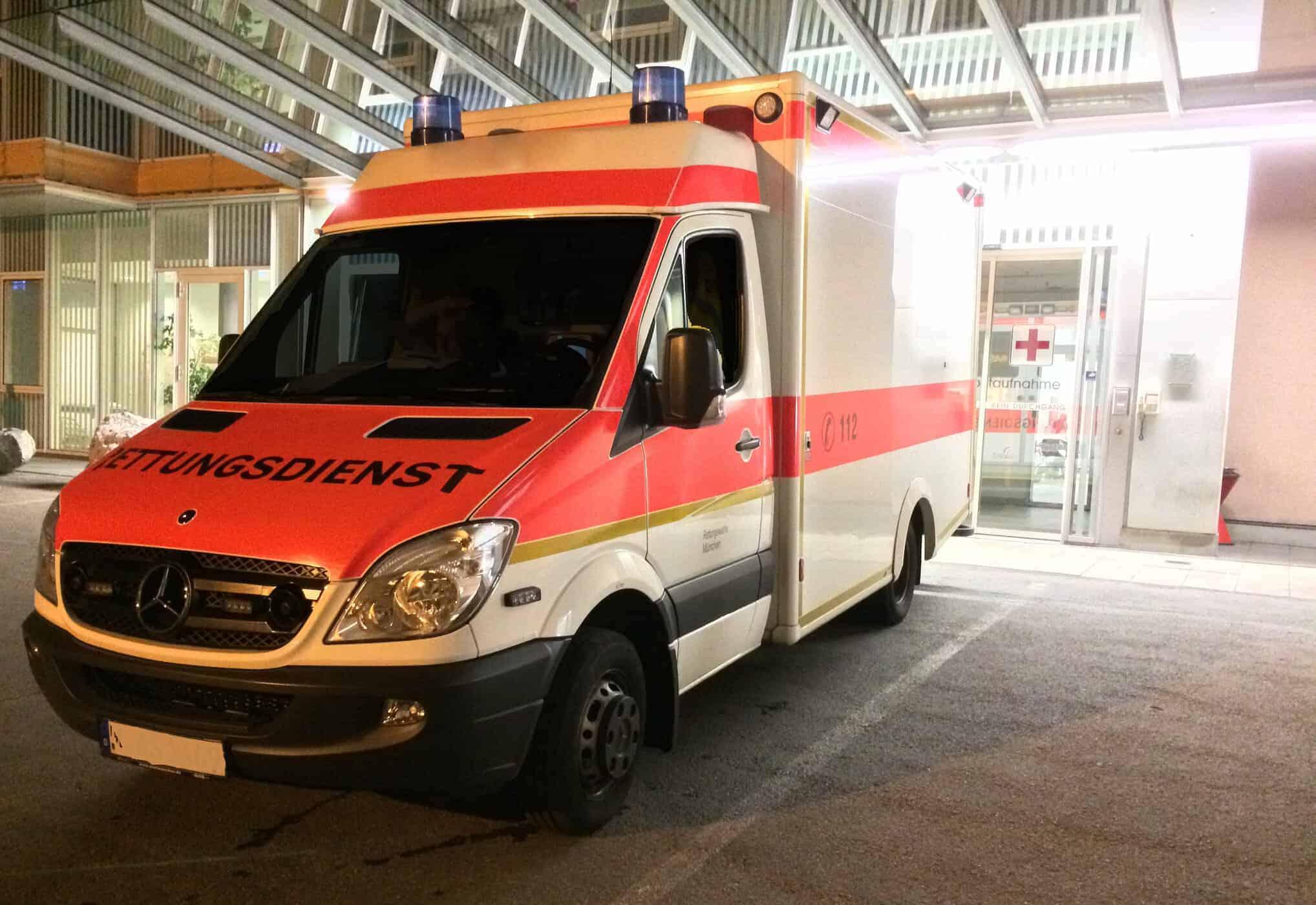Rettungswagen parkt vor Notaufnahme
