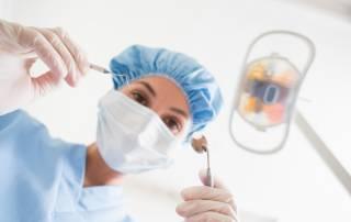 Zahnärztin mit Werkzeug