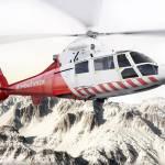 Ambulanzhubschrauber im Flug über schneebedeckten Berge